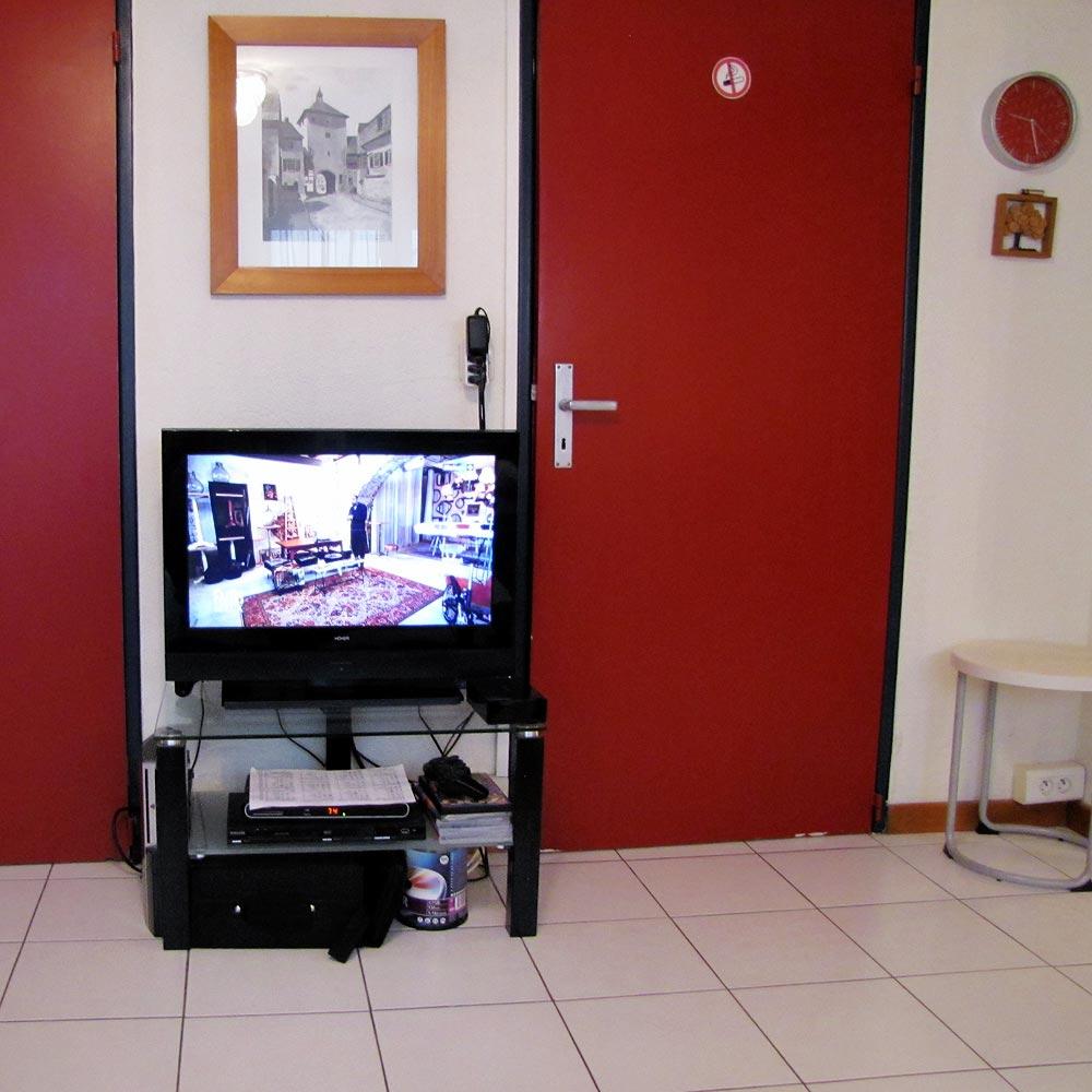 La TV écran plat, avec 22 chaînes TNT. Lecteur DVD.