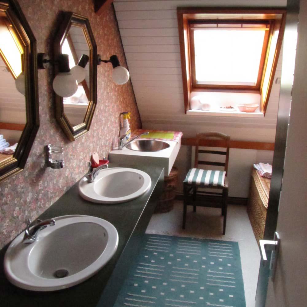 La salle de bains, double vasque, petit evier et douche.